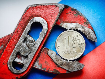 Рубль снизился на 38 копеек к доллару и на 44 копейки к евро //  Global Look