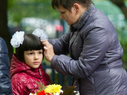 Ваше позитивное отношение к школе облегчит ребенку адаптацию. А ваша тревога – усложнит и затянет, а также может сформировать страх перед школой // Global Look Press