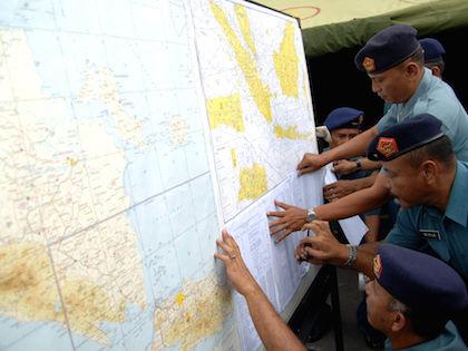 11 января индонезийские власти подтвердили сообщение о том, что в море был обнаружен один из «черных ящиков» разбившегося самолета // Global Look