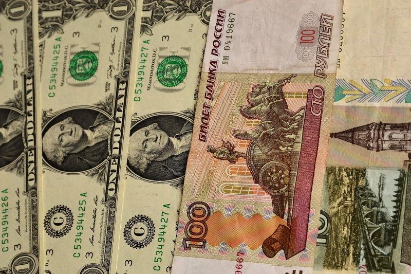 Доллар упал в цене почти на 1,5 рубля за последние сутки // Global Look Press