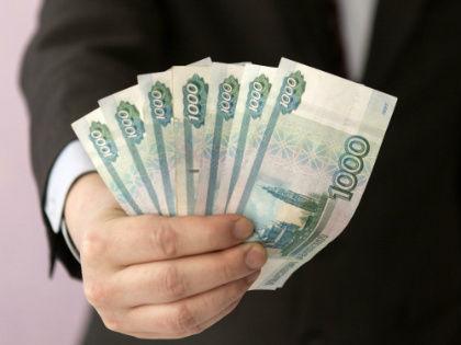 По данным Росстата, федеральные чиновники не бедствуют: их среднемесячная зарплата за первое полугодие 2016 года составила 99,9 тысячи рублей в месяц // Global Look Press