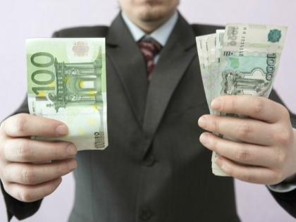 За год средняя зарплата федеральных чиновников опять выросла и составила 116 тыс. руб. в месяц // Global Look Press