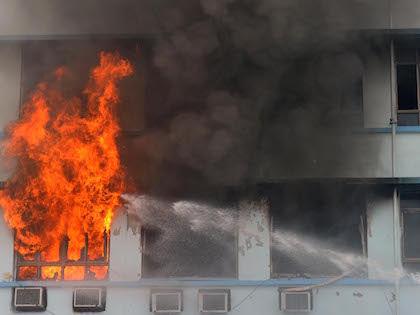 На место происшествия сразу выдвинулись несколько пожарных расчетов //  Global Look
