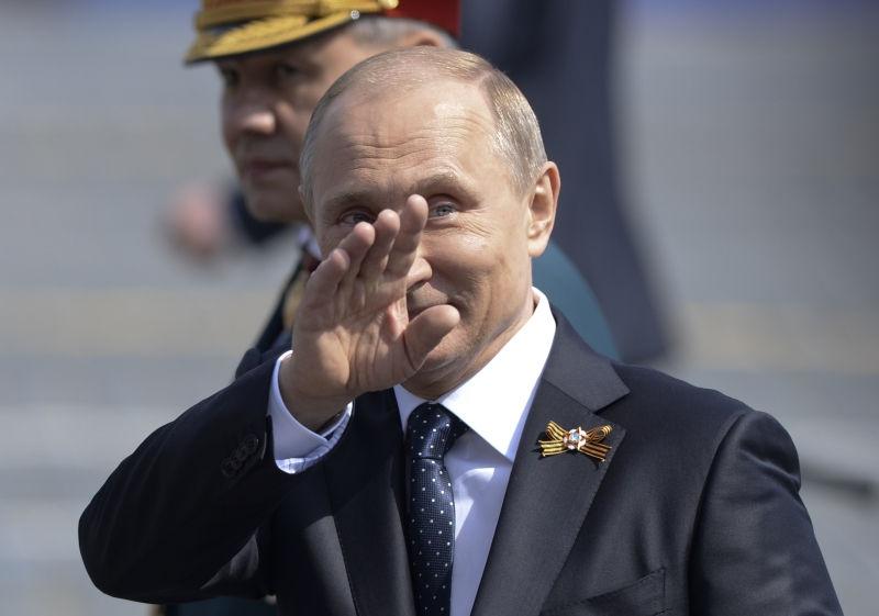 Путин прошелся по ул. Тверская в честь дня Победы // Artur Widak/Global Look Press