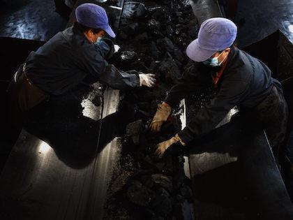 Угледобычу решили не останавливать, людей из шахты не эвакуируют //  Global Look