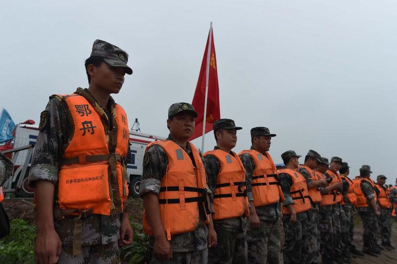 На данный момент спасатели КНР достают тела погибших из воды // Global Look Press