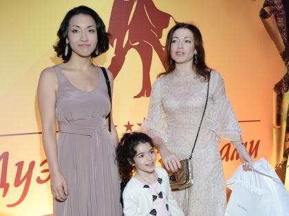 Актриса со своими дочерьми Александрой и Ксенией // Global Look Press