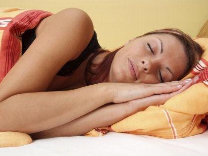 Сон на боку обеспечивает дополнительную защиту от болезни Альцгеймера // Global Look Press