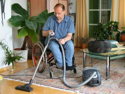 Жертвам паралича помогла встать методика эпидуральной стимуляции // Global Look Press