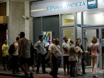 За последние дни греки сняли со счетов банков несколько миллиардов евро // Global Look Press