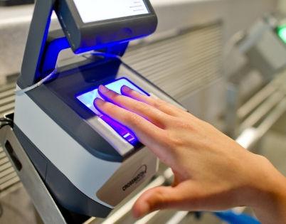 Отпечатки пальцев для шенгенской визы // Global Look Press