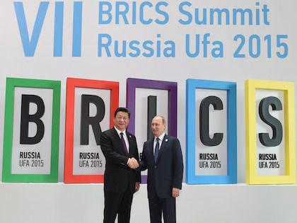 Президент Китая Си Цзиньпин и президент РФ Владимир Путина на саммите стран БРИКС в Уфе в 2015 году //  Global Look