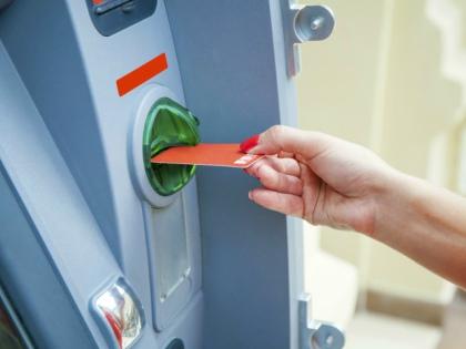 В 95 процентах случаев действия приставов по списанию денег с карт должника законны // Global Look Press