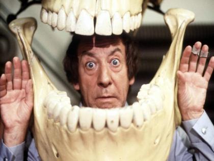Когда человек находится в возбужденном состоянии, это может стать одной из причин истончения зубной эмали // Global Look Press