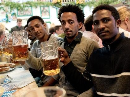 Беженцы из Эритреи на фестивале пива «Октоберфест»-2015 // Global Look Press