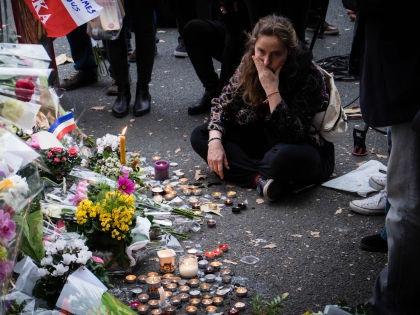 Импровизированный мемориал рядом с концертным залом «Батаклан» в Париже // Global Look Press