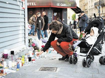 Парижане идут и идут к местам, где произошли теракты // Russian Look