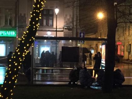 Остановка на улице Покровка, где произошёл взрыв – на фото её осматривают сотрудники правоохранительных органов // Russian Look