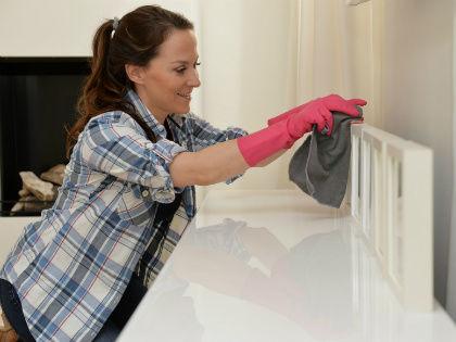 Необходимо удалять пыль со всех поверхностей в доме, включая мебель // Global Look Press