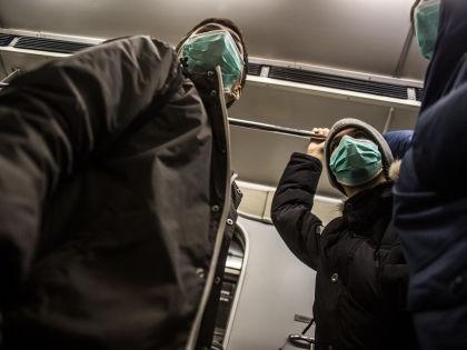 Москвичи в панике скупают в аптеках маски // Евгений Синицын / Global Look Press