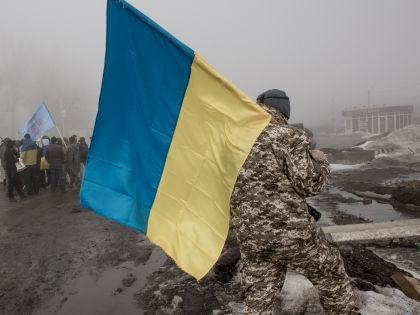 Украинские активисты заблокировали движение российских фур // Global Look Press