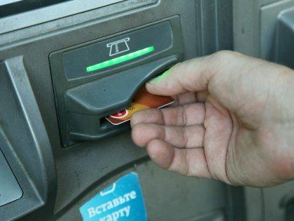 Скиммеры — это небольшие устройства, которые накладываются поверх, например, банкомата и считывают данные вставляемой в банкомат карты // Global Look Press