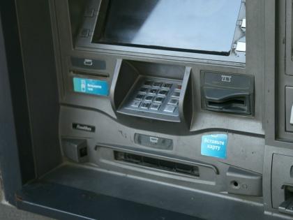 Врагу не пожелаешь ситуации, когда пытаешься зачислить деньги на свой счет через банкомат, а бездушная машина нагло съедает купюры // Global Look Press