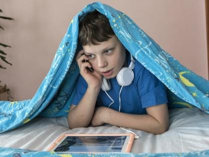 Из 45% любителей проверить телефон ночью почти все заходили в соцсети, 75% слушали музыку, 57% смотрели фильмы // Global Look Press