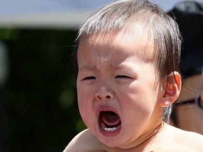 Пока малыш слишком мал, чтобы говорить, практически никто не сомневается в том, что его необходимо успокоить, утешить // Global Look Press