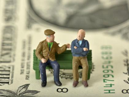 Переложить бремя государственных расходов на плечи населения — древний рецепт устройства экономики // Global Look Press