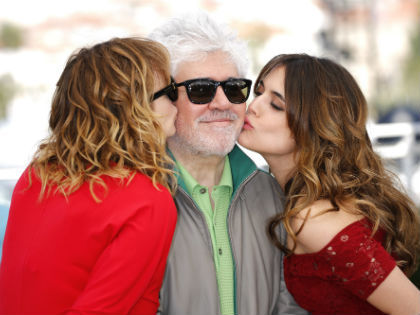 Педро Альмодовар с актрисами Адрианой Угарте и Эммой Суарес // Global Look Press