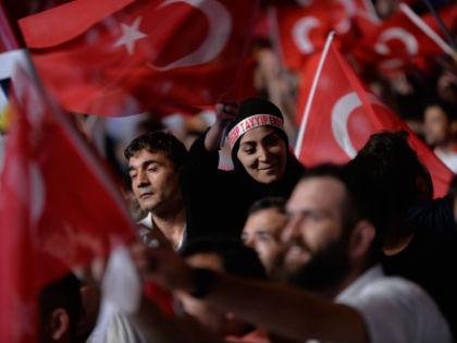 Протесты против военного переворота на площади Таксим в Стамбуле // Global Look Press