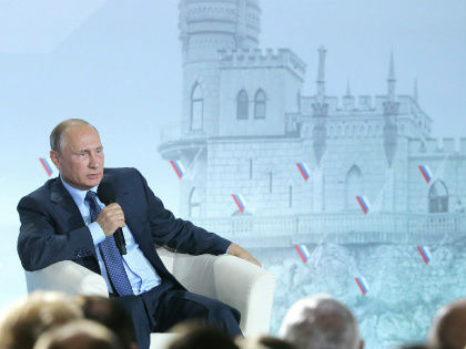 Российские власти изобретают все новые красивые истории, лишь бы уйти от неприятной реальности — от того, что другие страны не признают Крым частью России // Global Look Press