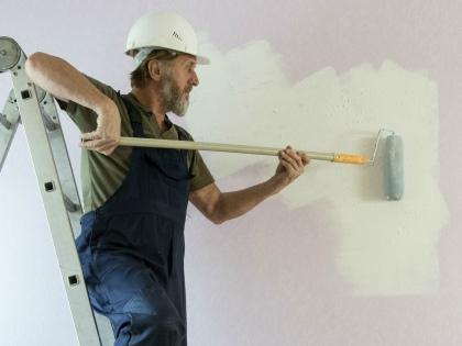 Периодичность вообще всех работ по дому установлена нормативными актами и должна быть отражена в договоре // Global Look Press