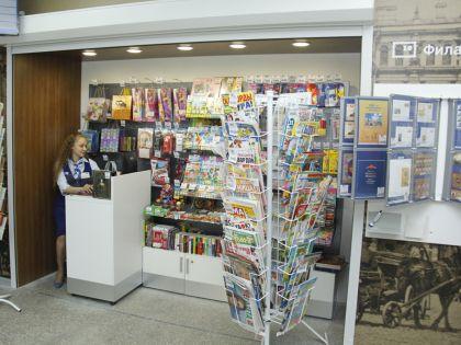 В отделениях Почты России, имеющих выделенные зоны розничной торговли, дополнительно установлены специальные стенды для продажи школьных товаров // Почта России