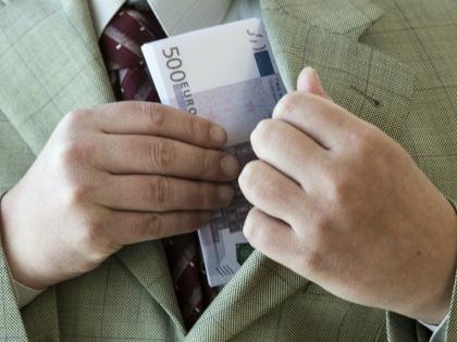В Ульяновской области двое чиновников за взятку хотели стать борцами с коррупцией // Global Look Press