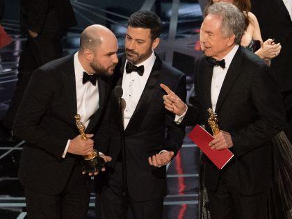 Главным скандалом церемонии «Оскара»-2017 стала ошибка в объявлении лауреата в самой престижной номинации // Global Look Press