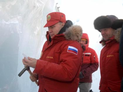 ВВП ледорубом вырезал кусок из ледяной скалы – не для себя, а для ученых // Global Look Press