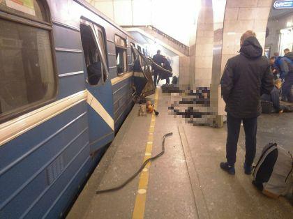 """Вагон поезда петербургского метро, в котором сработало взрывное устройство, на перроне станции """"Технологический институт"""" // Global Look Press"""