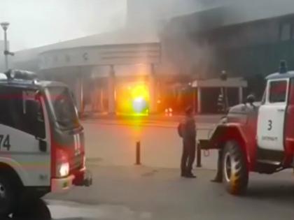 3 сентября в Екатеринбурге местный житель протаранил и поджог кинотеатр «Космос» // Global Look Press