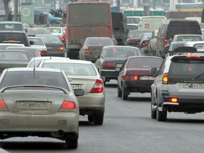 Российские водители не могут спокойно стоять в одном ряду, не перестраиваясь // Замир Усманов / Global Look Press