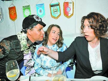 Роза Сябитова с дочкой Ксенией и Гогеном Солнцевым // Мила Стриж