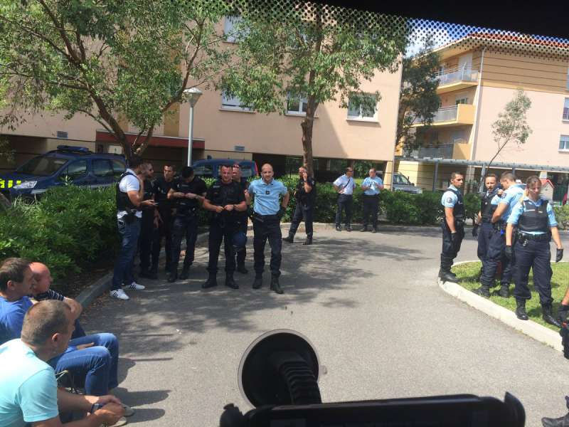 Российских болельщиков настигли французская полиция и жандармерия // твиттер Александра Шпрыгина