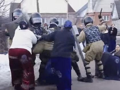 В конфликт в Плеханово пришлось вмешаться ОМОНу // Кадр YouTube