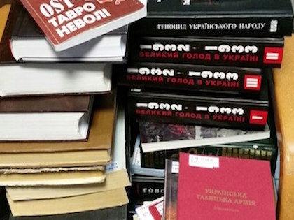 Обыски в Библиотеке украинской литературы прошли 28 октября (на фото изъятые книги) //  Twitter Дмитрия Захарова