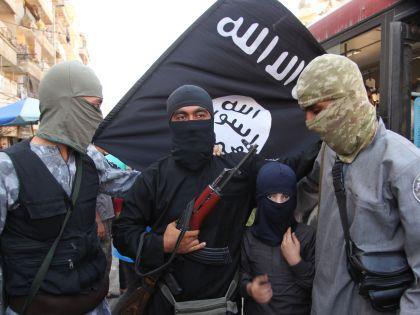 Боевики ИГ с флагом // Medyan Dairieh/Global Look