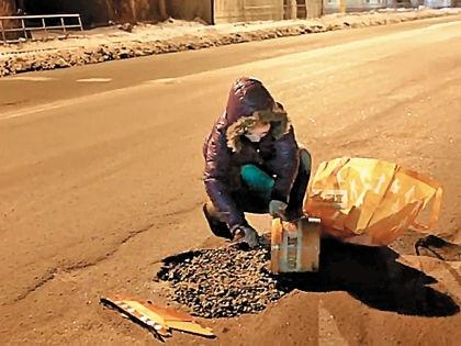 Вероника чинит ямы на омской дороге // Кадр YouTube