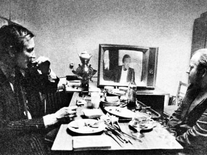 Трое за столом: два поэта и «летающий мужик» // архив Владимира Бедули