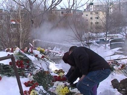 Жители города приносят цветы к месту трагедии // Кадр РЕН-ТВ