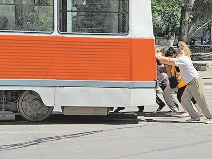 Пассажиры толкают трамвай в Саратове // Анатолий Тополев / «Версия Саратов»